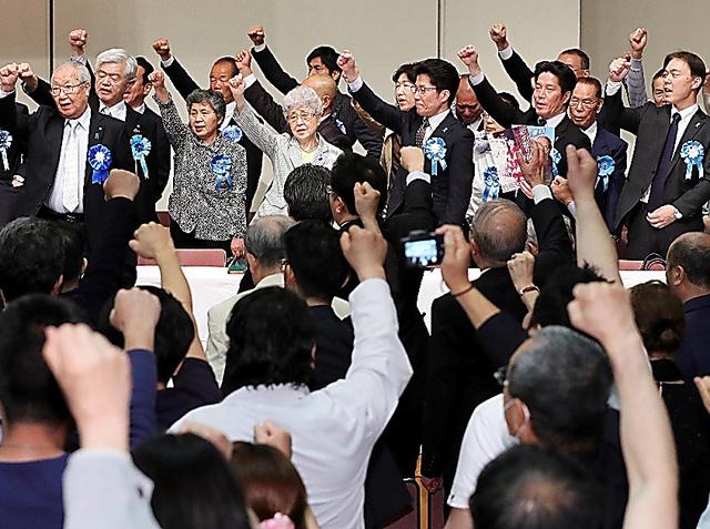 集会の最後に気勢を上げる家族会のメンバーや参加者たち=22日、東京都千代田区、関田航撮影