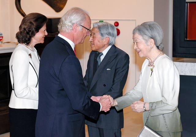 日本とスウェーデンの外交関係樹立150年の記念特別展示を鑑賞のため会場を訪れたスウェーデンのカール16世グスタフ国王夫妻を出迎える天皇、皇后両陛下=23日午前10時18分、東京都千代田区、代表撮影