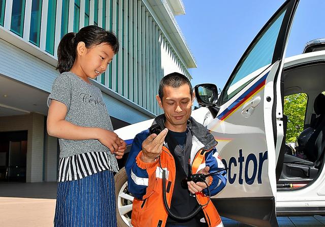 ドクターカーのスタッフに無線の使い方を教わる=徳島県小松島市小松島町