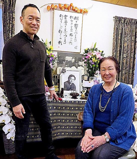 大岡信の遺影のそばにたたずむ俳人の長谷川櫂(左)と妻かね子=4月5日、静岡県裾野市