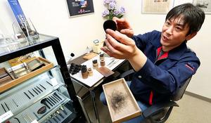 地岡政夫さん 手がける化粧筆の筆先、年7万8000本