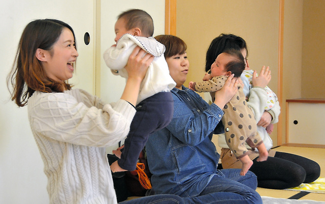 「小さなことでも、お母さんが声を掛けてあげると赤ちゃんは安心します」。鈴木千恵さんの呼び掛けに、参加した母親たちは子供に笑顔を向けていた=村山市