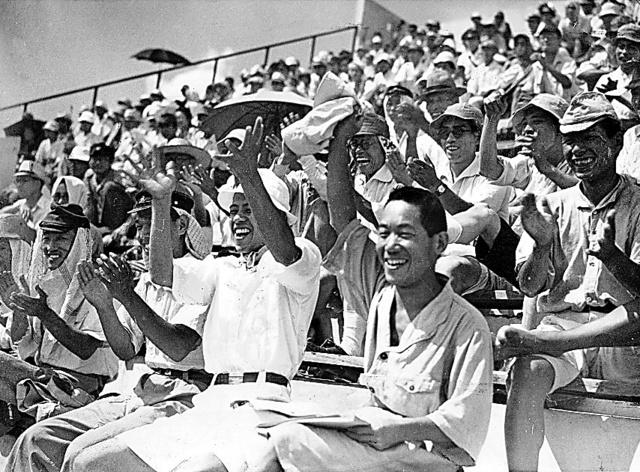戦後、復活した第28回全国中等学校優勝野球大会。観客席には笑顔があふれていた=1946年8月、西宮球場
