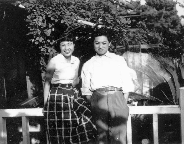 大岡信(右)と妻かね子。1953年頃=石川周子氏撮影、かね子さん提供