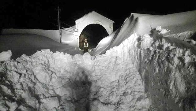 雪で線路が埋まったJR根室線新得―トマム間の第一広内トンネル出口付近=3月4日、北海道新得町、JR北海道提供