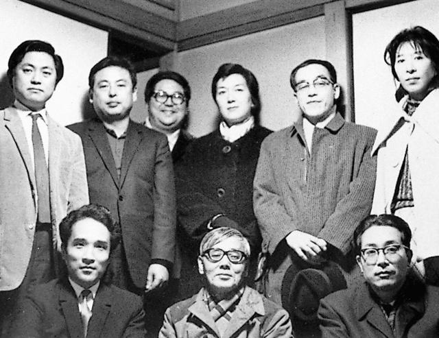 同人誌「櫂」の大岡信(左端)、谷川俊太郎(左手前)ら=大岡かね子さん提供