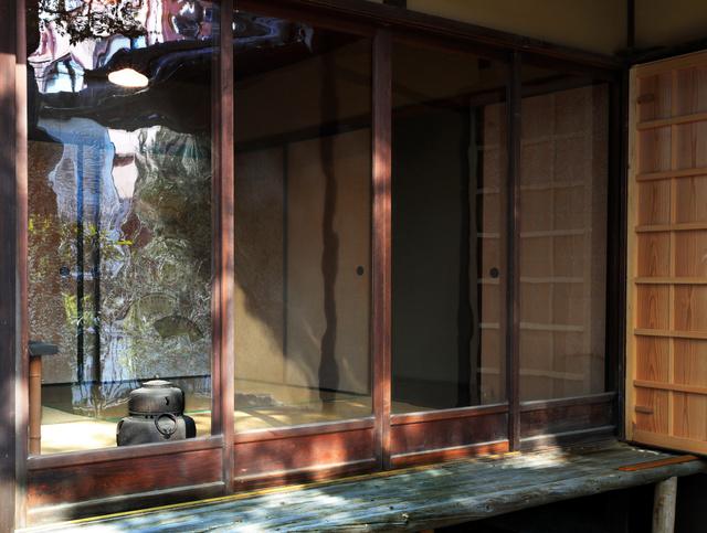 櫻谷文庫の和館のガラス戸。水を流したように写るのが特徴だ=京都市北区、佐藤慈子撮影