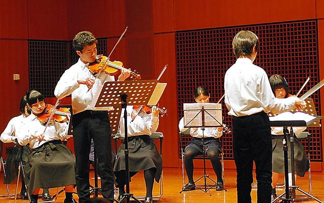 イタリア大使館に招かれて演奏する相馬子どもオーケストラのメンバーたち=5日、東京都千代田区