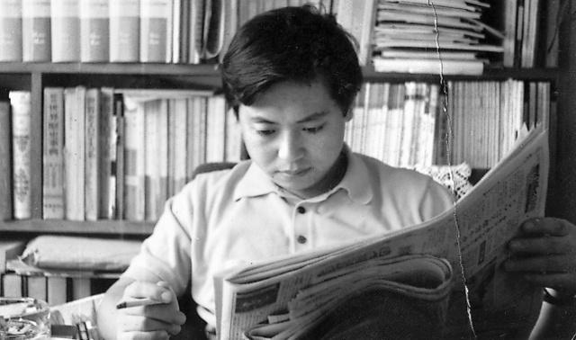 大岡信。1960年代後半の頃とみられる=石川周子さん撮影