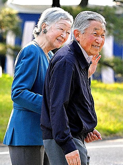 皇居の外周を散策する天皇、皇后両陛下=2日、東京都千代田区、諫山卓弥撮影
