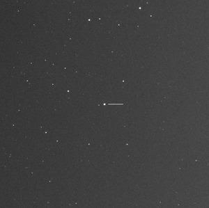 ペルセウス座に見つかった矮新星の発見時の画像。画面中央、横線の左の星=2018年4月29日午後8時22分、三重県亀山市、中村祐二さん撮影