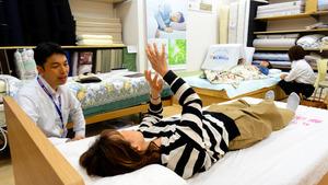よりよい眠りを求め、好みにあった枕やマットレスを選ぶ人が増えている=大阪府高槻市の眠りショップわたや館