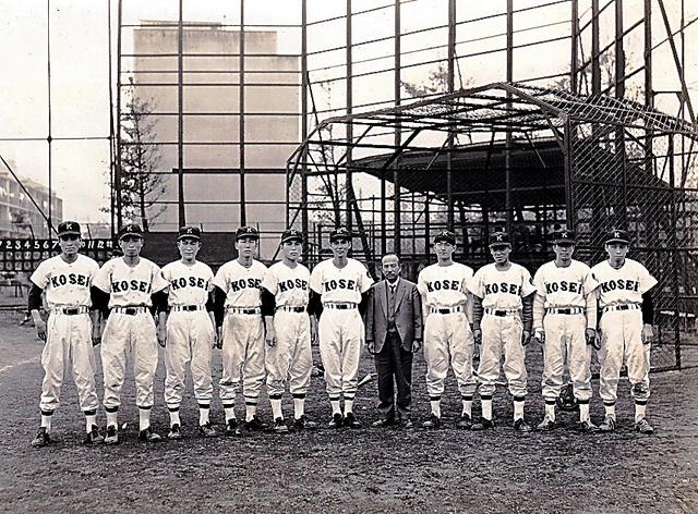 佼成学園の監督に就任したころの今西錬太郎さん(左から6人目)と3年生部員ら=1959年、東京都杉並区