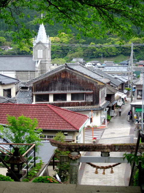 諏訪神社から。崎津の集落に教会が溶け込む=熊本県天草市