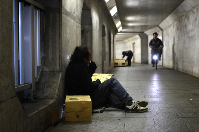 JR川口駅近くの地下道で野宿生活する男性。段ボールにくるまって夜を明かす=2018年4月18日午後11時35分、埼玉県川口市、伊藤進之介撮影