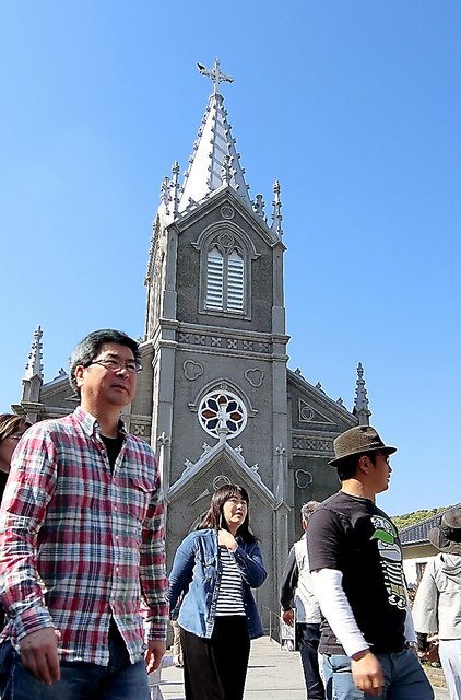 観光客でにぎわう崎津教会=4日午後3時28分、熊本県天草市河浦町、岩田誠司撮影
