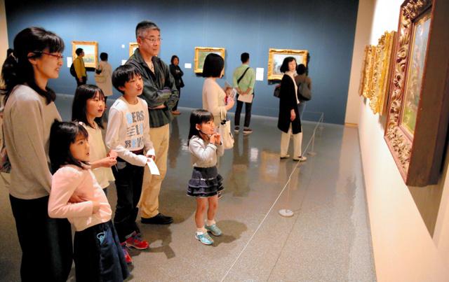 作品を鑑賞する親子連れ=県立美術館