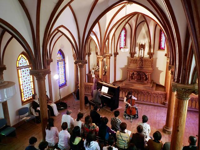 旧野首教会で開かれた室内楽コンサート=2018年3月29日、長崎県小値賀町の野崎島、小宮路勝撮影
