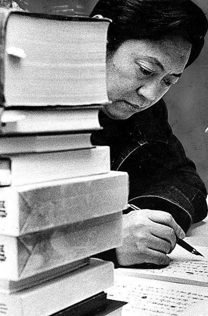 大岡信。執筆で多忙な日々だったが、海外に行く仕事も多かった=1981年撮影