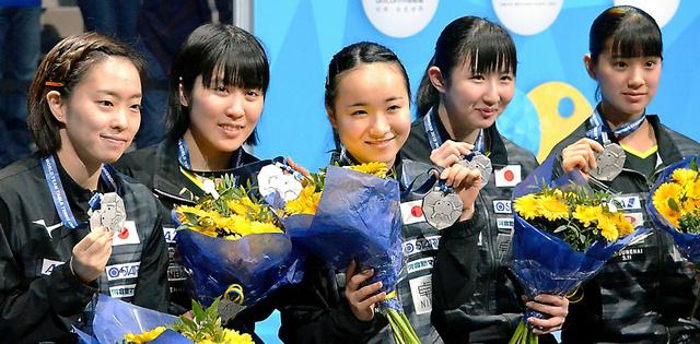 世界団体選手権で銀メダルを獲得した日本女子の選手たち(左から石川佳純、平野美宇、伊藤美誠、早田ひな、長崎美柚)=スウェーデン・ハルムスタード