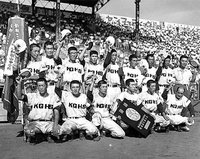 第46回大会で優勝した高知の選手たち=1964年8月18日、阪神甲子園球場