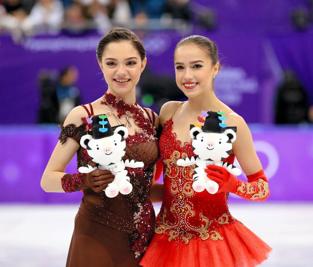 平昌五輪で金メダルに輝いたアリーナ・ザギトワ(右)と銀のエフゲニア・メドベージェワ=2月23日