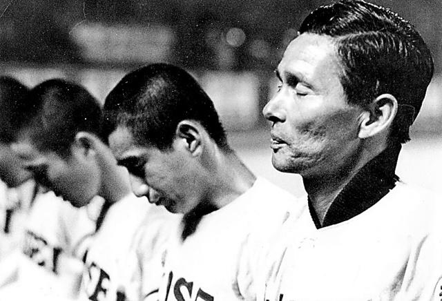 第40回選抜高校野球大会で、尾道商に敗れ、応援団にあいさつする佼成学園・今西錬太郎監督=1968年3月30日、阪神甲子園球場、今西さん提供