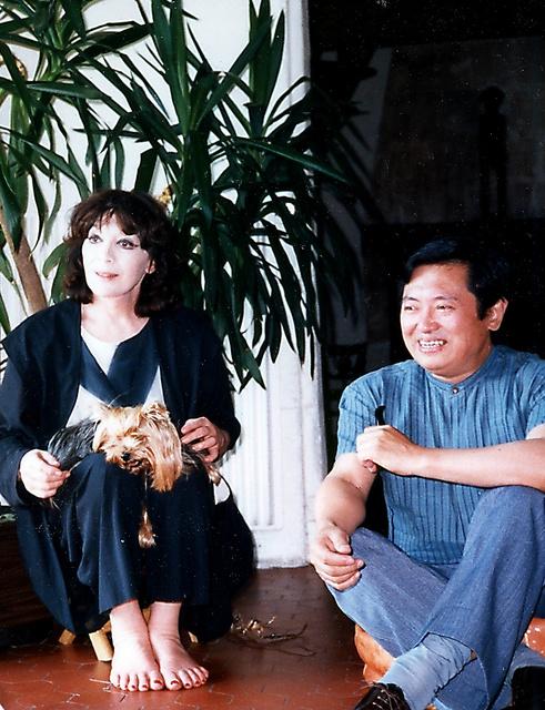 「炎のうた」の歌詞を一緒につくったジュリエット・グレコ(左)と大岡信=中村敬子さん撮影