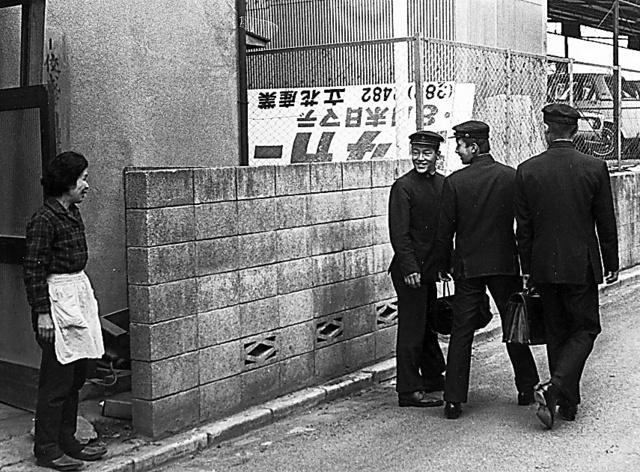 登校する寮生を見送る今西千鶴子夫人=1968年ごろ、東京都杉並区、今西錬太郎さん提供