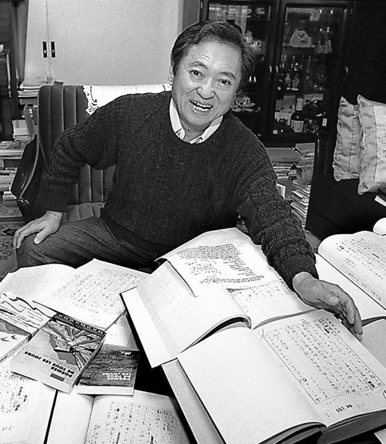 原稿の山を前に「折々のうた」について語る大岡信=1997年、東京の自宅