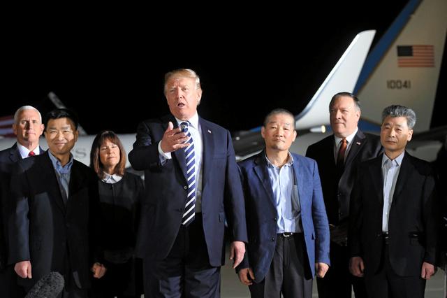 北朝鮮解放の米国人3人が帰国 ト...