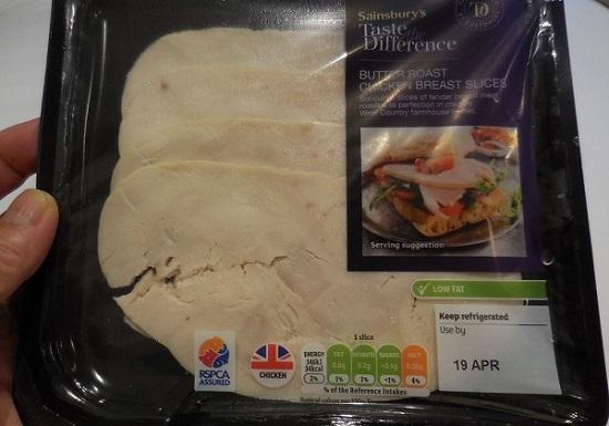 ロンドンのスーパーにあった鶏ハムスライスのパッケージ。栄養成分表示が信号式になっていました。塩が黄色です