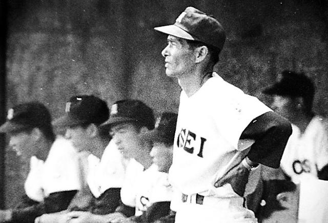 厳しい表情で選手たちの動きを見る佼成学園・今西錬太郎監督=1972年7月28日、東京都調布市の明治大学球場、今西さん提供