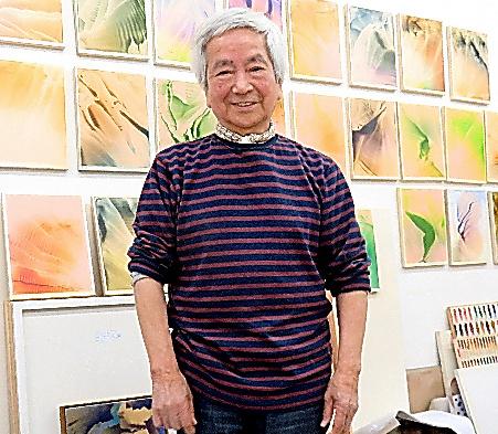 大岡信の思い出を語る美術家の加納光於=神奈川県鎌倉市のアトリエ