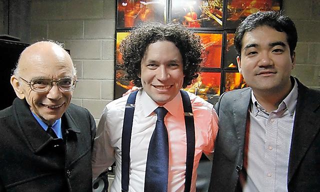 アブレウさん(左)。世界的指揮者になった秘蔵っ子のドゥダメルさん(中央)、作曲家藤倉大さんと=2011年2月、カラカス、佐藤正治氏提供
