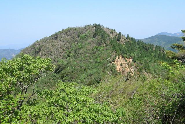 仙ケ岳の西峰山頂。6メートルほど低い双耳峰の東峰から写した