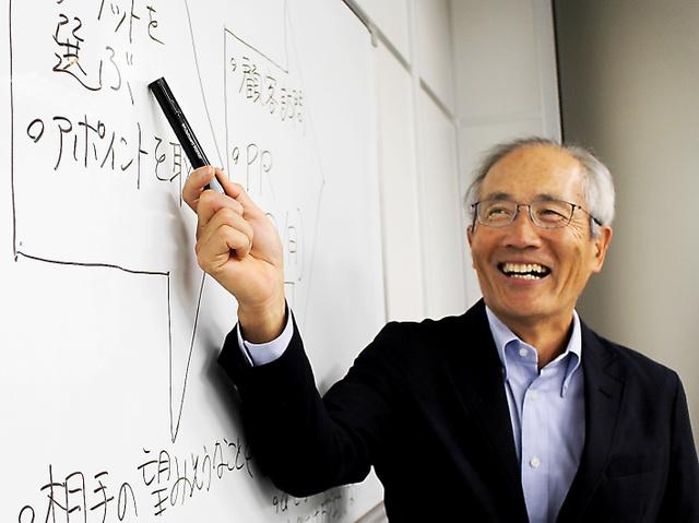 辰己友一は社員研修などの講師も務める。受講後のアンケートに「今後の仕事に役立つ」と書いてあるときが一番うれしい=東京・銀座