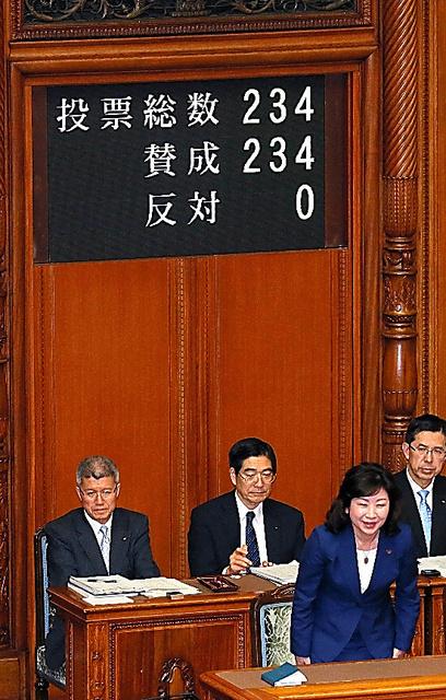 参院本会議で、候補者男女均等法が可決、成立し、議場に向かって頭を下げる野田聖子総務相兼男女共同参画担当相(手前)=16日午後1時21分、岩下毅撮影