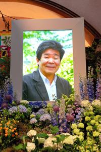 15日に東京・三鷹の三鷹の森ジブリ美術館で開催された「高畑勲 お別れの会」。祭壇の遺影は約2千本の草花で飾られた=スタジオジブリ提供