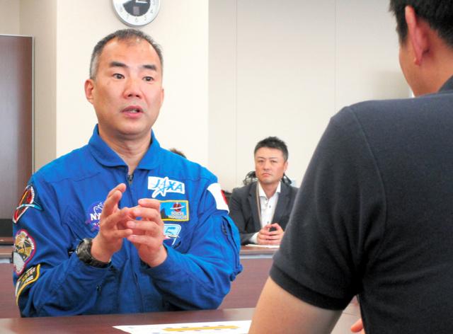野口聡一さんは、五十嵐立青市長に宇宙飛行士としての仕事ぶりを説明した=茨城県つくば市役所