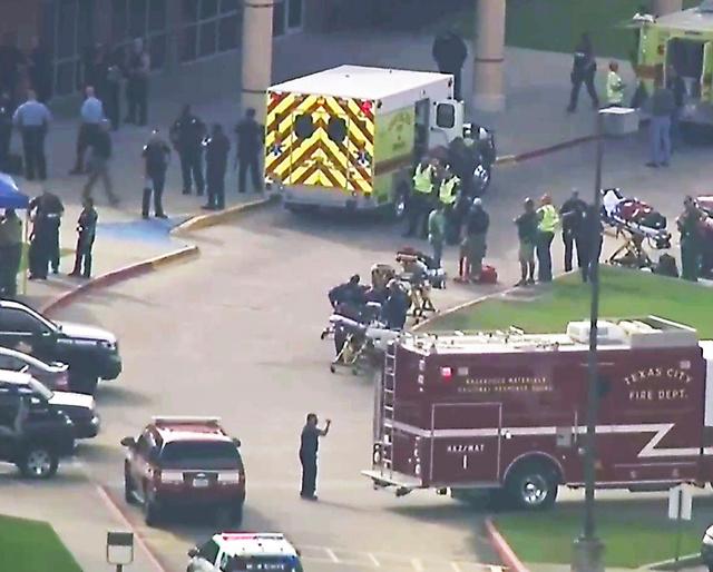銃撃事件で捜査車両などが集まった米テキサス州ヒューストン近郊のサンタフェ高校=AP