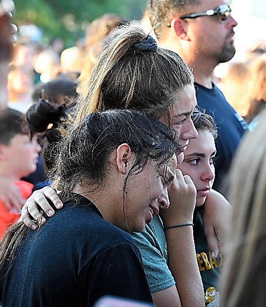 追悼集会で泣き崩れる高校生たち=18日、米テキサス州サンタフェ、金成隆一撮影