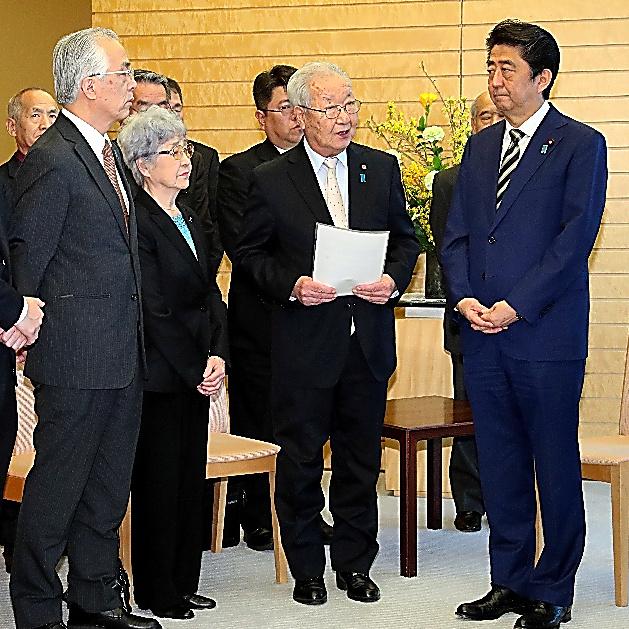 安倍晋三首相(右端)と面会した飯塚繁雄さん(右から2人目)ら拉致被害者家族=2018年3月30日、首相官邸、岩下毅撮影