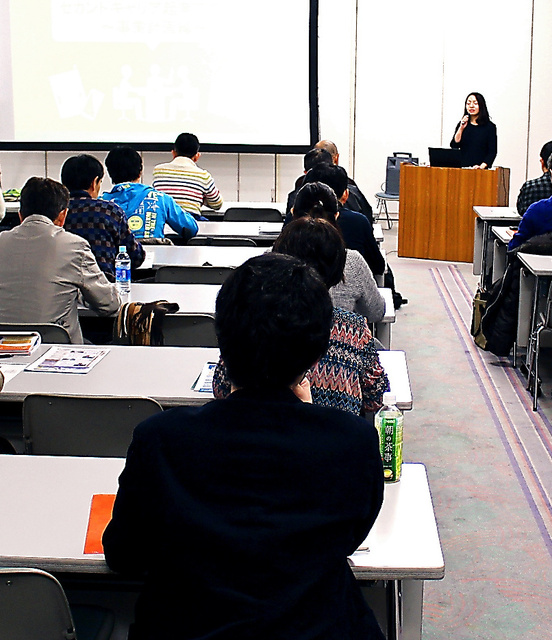 埼玉県産業振興公社が昨年12月に開いたセカンドキャリア起業スクールにも50代以上のシニア層が多く参加した=さいたま市中央区