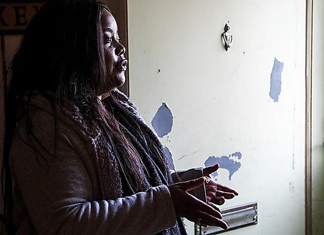 天井の水漏れ、古びたキッチンなど自宅の問題を話すディトリス・ベルトさん=ワシントン、ランハム裕子撮影