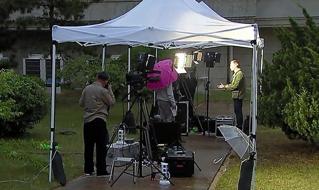 北朝鮮東部の元山にあるホテルの屋外で22日、機材を設営する外国メディアの関係者=AP