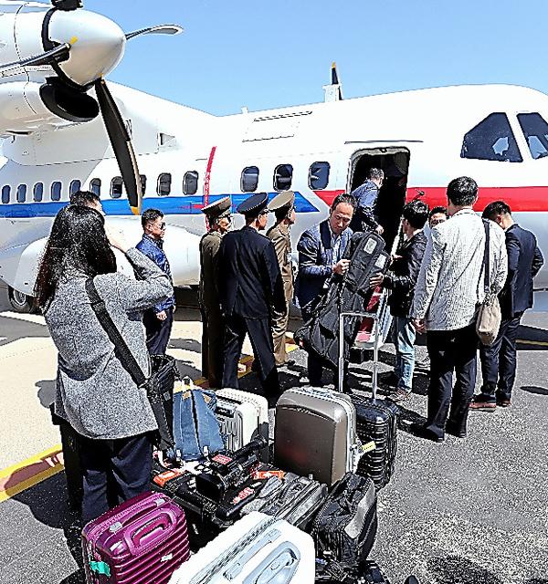23日、北朝鮮・元山の空港に着いた韓国記者団=AP