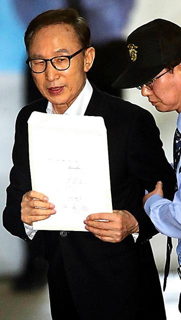 23日、ソウル中央地裁に到着した李明博元大統領=東亜日報提供