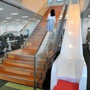 オフィスに滑り台、「森」で休憩…仕事の成果向上へ投資
