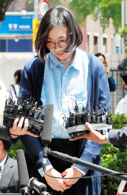 24日、外国人家政婦を不法に雇った疑いでソウル出入国外国人庁に出頭し、報道陣の質問を受ける趙顕娥・元大韓航空副社長(東亜日報提供)